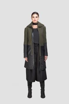 Casaco de lã bouclê longo matelassê e courino verde