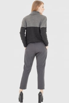 Blusa de tricot com gola cinza e preto