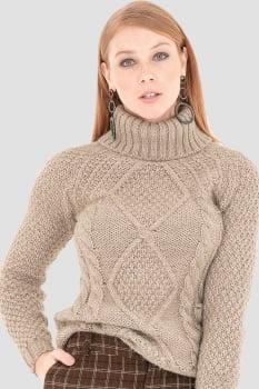 Blusa de tricot trabalhada gola alta bege