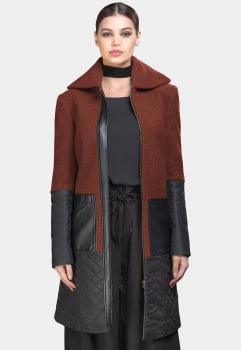 Casaco de lã bouclê longo matelassê e courino marrom