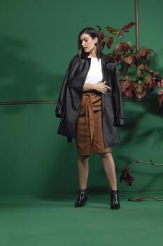 Casaco de couro com cinto preto